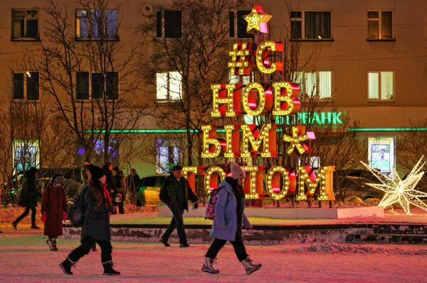 Новогодние инсталляции на площади Пять углов в Мурманске