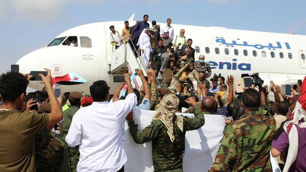 Люди встречают членов недавно сформированного кабинета министров в аэропорту Адена, Йемен