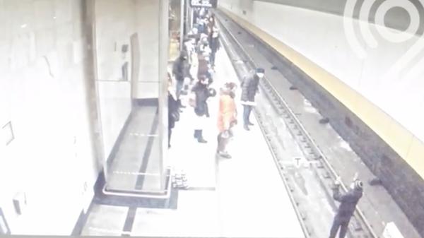 Мужчина спустился на рельсы на станции метро Косино. Кадр видео