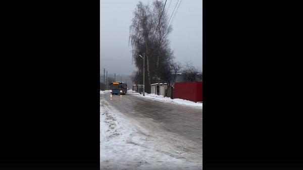 В Тверской области дрифт автобуса на гололедице попал на видео