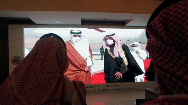 Наследный принц Саудовской Аравии Мохаммед бен Салман встречает эмира Катара Тамима бин Хамада аль-Тани, который прибыл для участия в 41 саммите Совета сотрудничества арабских государств Персидского залива