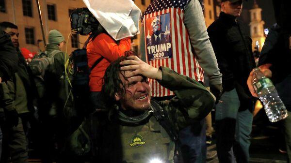 Участник акции сторонников действующего президента США Дональда Трампа в Вашингтоне, пострадавший в результате столкновений с полицией
