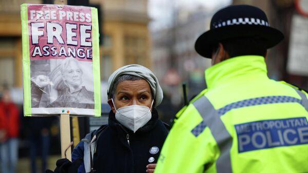 Сторонница Джулиана Ассанжа возле здания суда в Лондоне