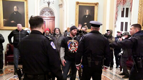 Сторонники президента США Дональда Трампа во время протеста против результатов выборов