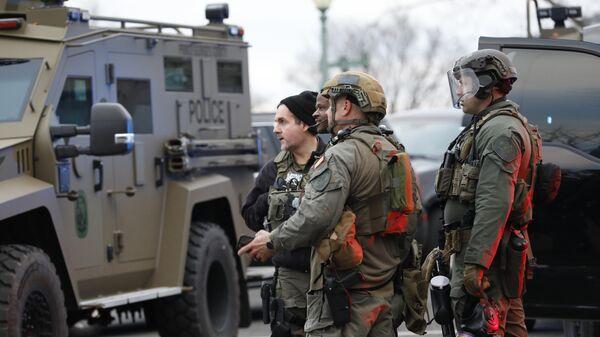 Военные во время акции протеста сторонников действующего президента США Дональда Трампа у здания конгресса в Вашингтоне