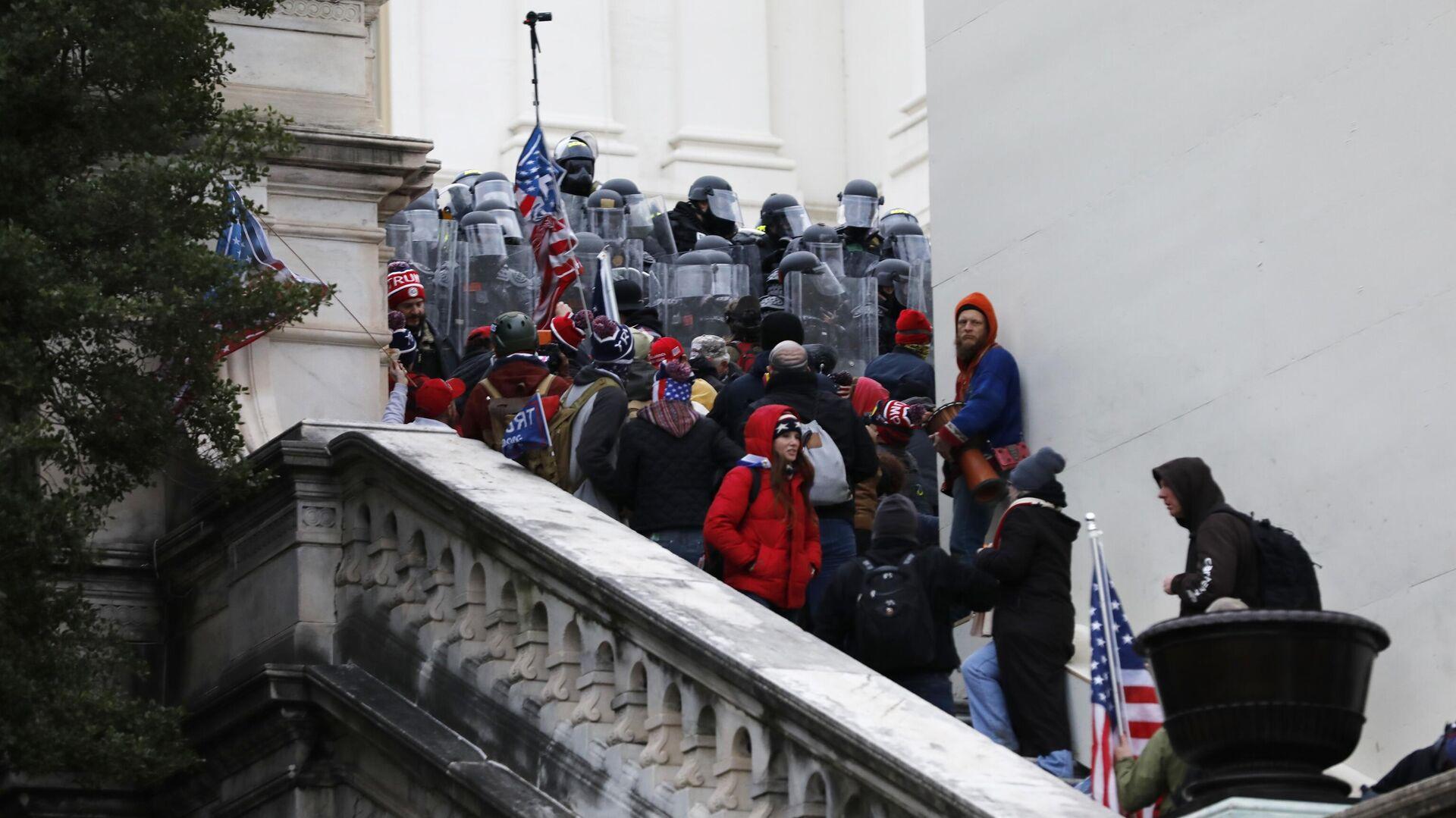 Участники акции протеста сторонников действующего президента США Дональда Трампа у здания конгресса в Вашингтоне - РИА Новости, 1920, 10.01.2021