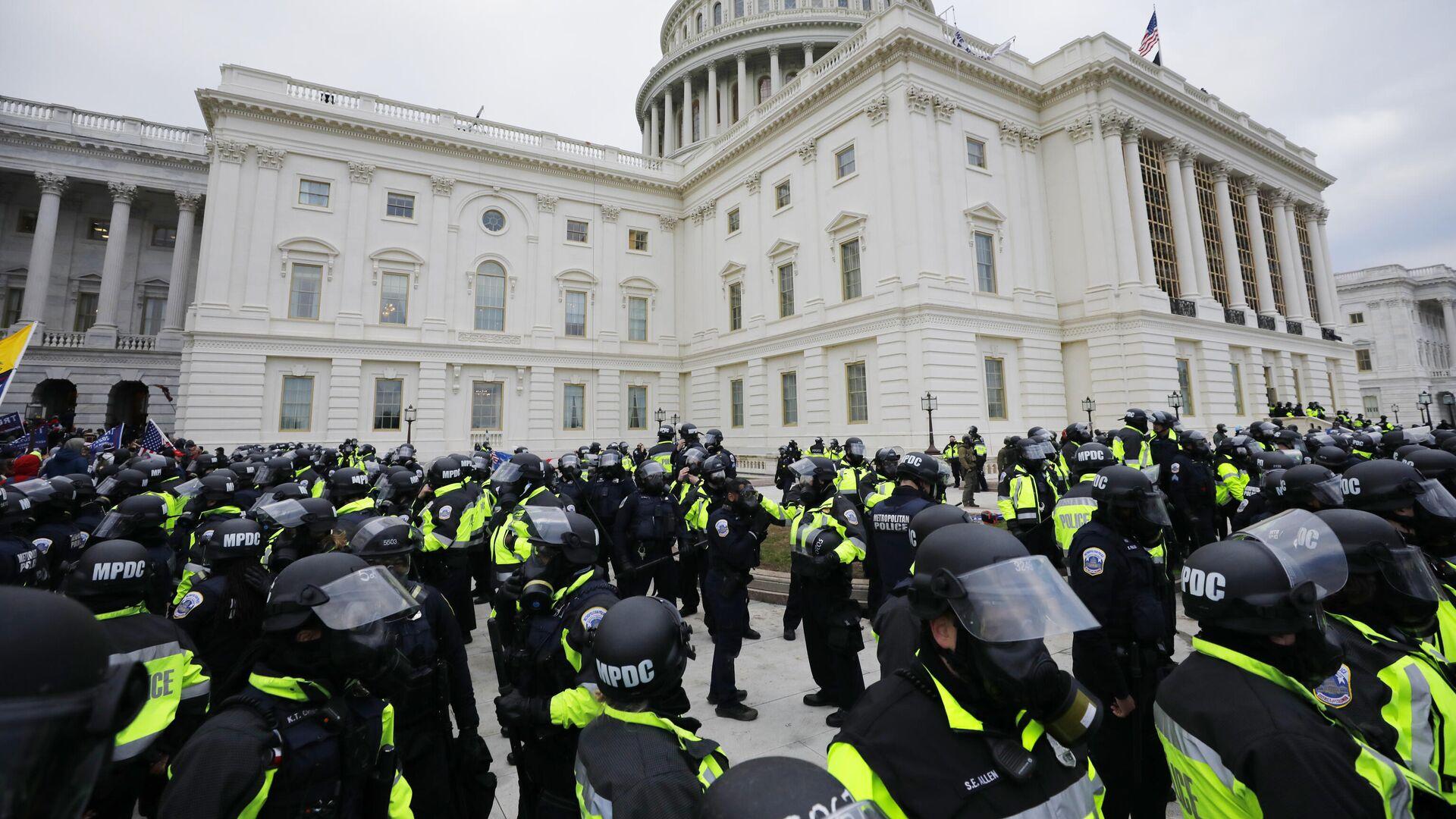 Сотрудники полиции во время акции протеста сторонников действующего президента США Дональда Трампа у здания конгресса в Вашингтоне - РИА Новости, 1920, 08.01.2021