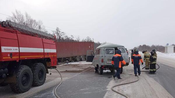 ДТП с участием грузовика и машины скорой помощи на Сахалине
