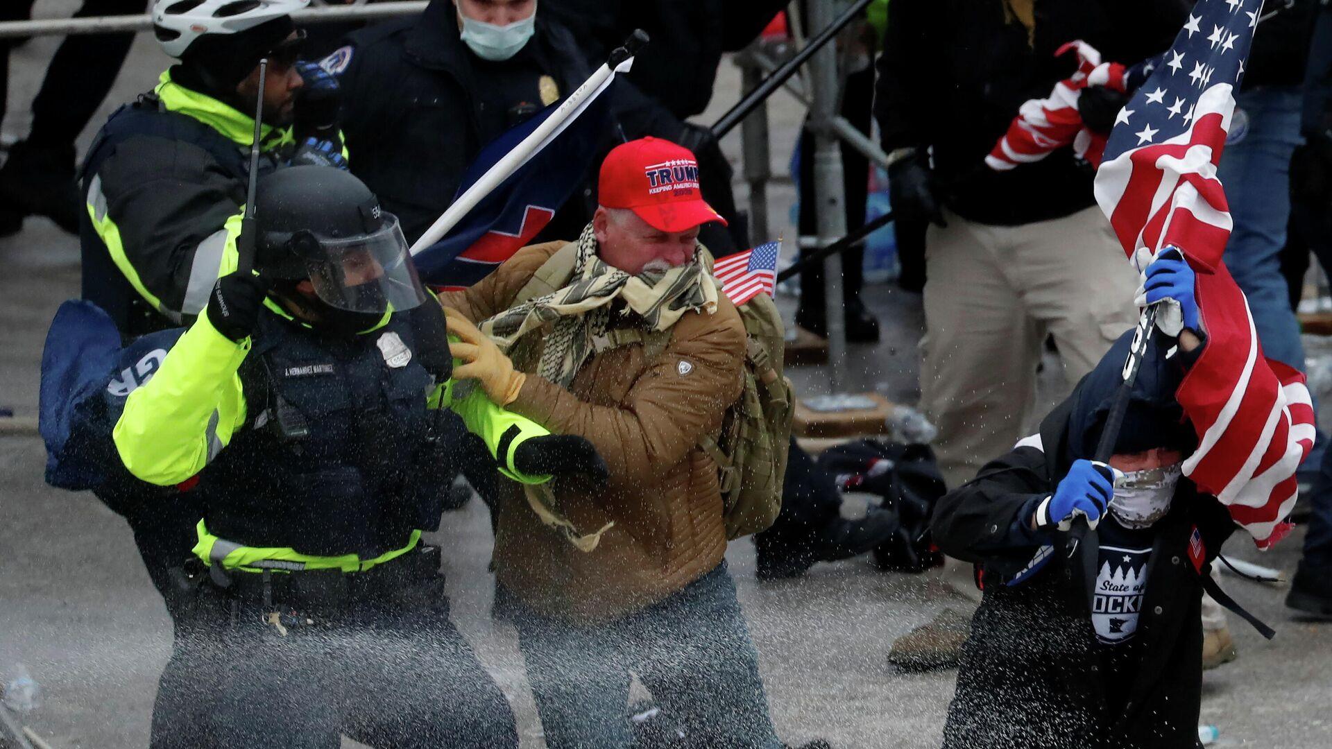 Участники акции протеста сторонников Дональда Трампа и сотрудники полиции у здания Конгресса США в Вашингтоне - РИА Новости, 1920, 09.01.2021