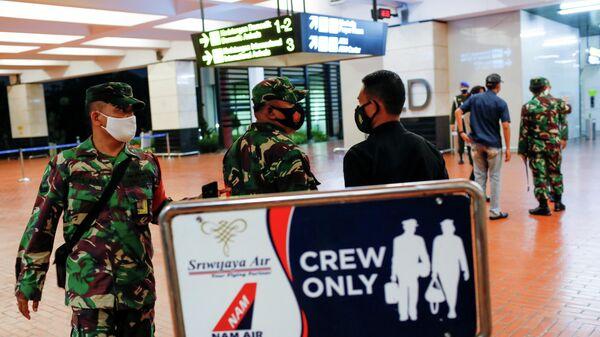 Индонезийские военные в аэропорту Сукарно-Хатта в Джакарте, после сообщения о потере связи с самолетом Sriwijaya Air