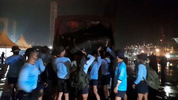Сбор поисковой команды на место крушения самолета в Индонезии