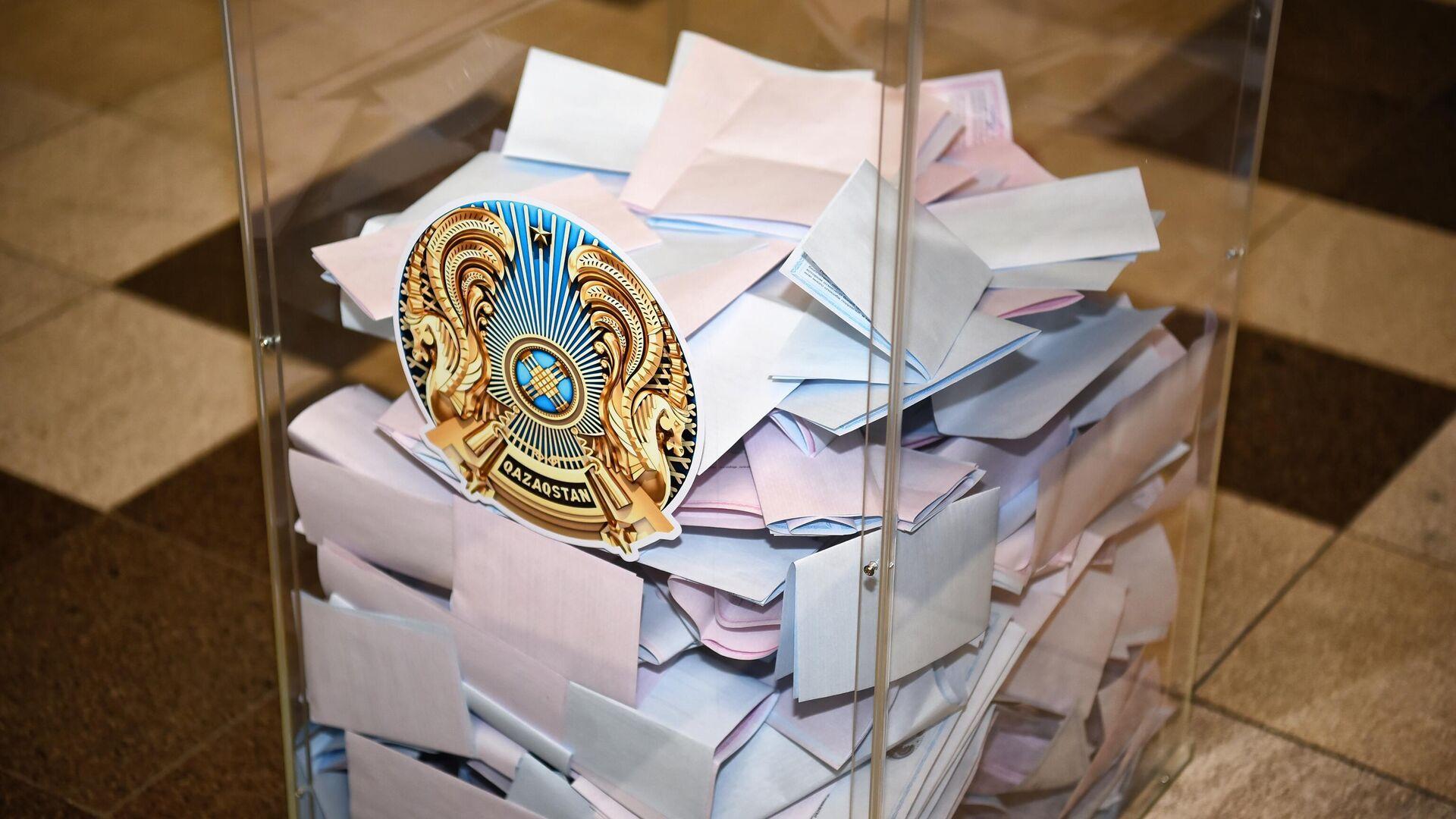 Урна с бюллетенями на избирательном участке №57 во Дворце школьников в Нур-Султане - РИА Новости, 1920, 12.01.2021