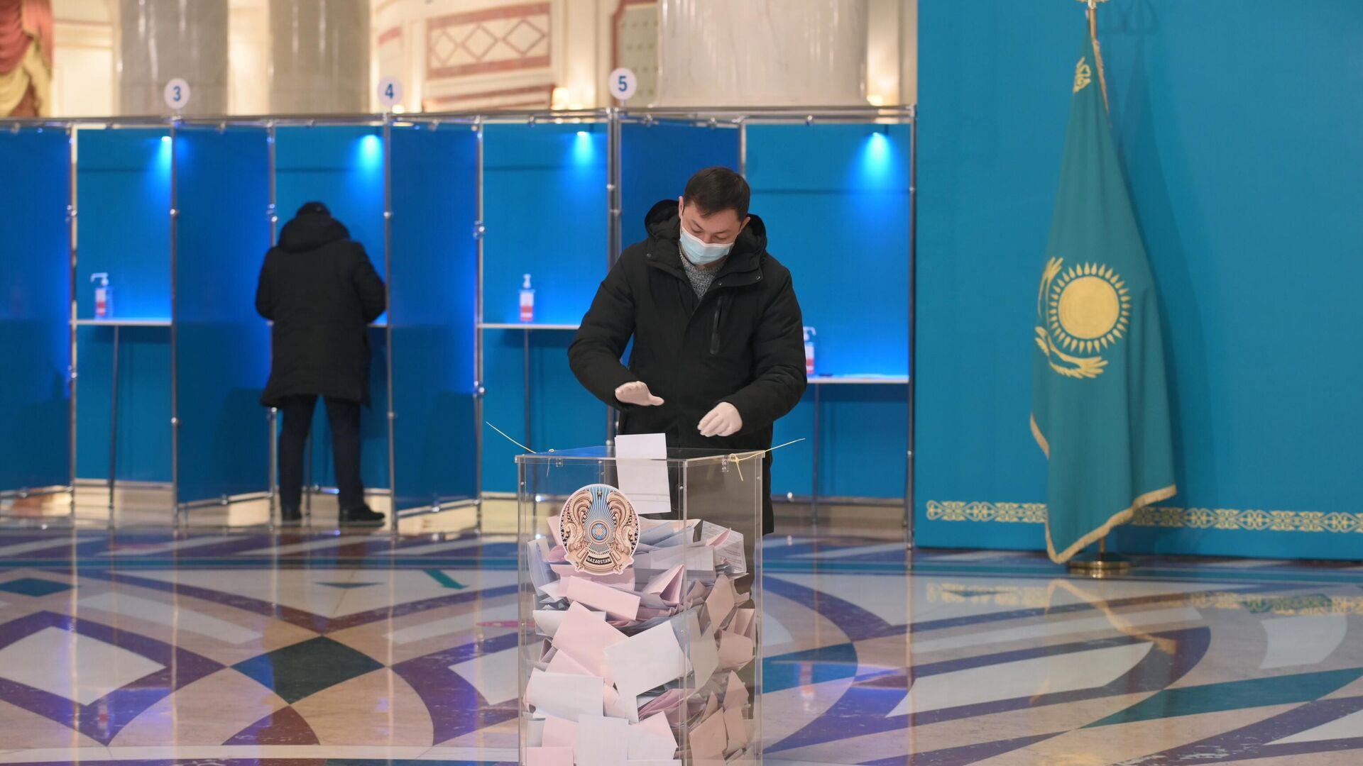 Мужчина на избирательном участке №115 в Нур-Султане, Казахстан - РИА Новости, 1920, 10.01.2021