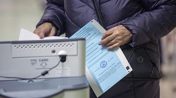 Избиратель голосует на досрочных выборах президента Кыргызской Республики