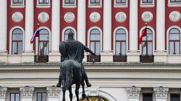 Памятник князю Юрию Долгорукову перед зданием мэрии Москвы на Тверской улице.