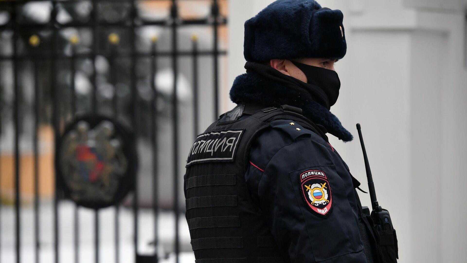 Сотрудник правоохранительных органов у здания посольства Республики Армения в Москве - РИА Новости, 1920, 23.01.2021