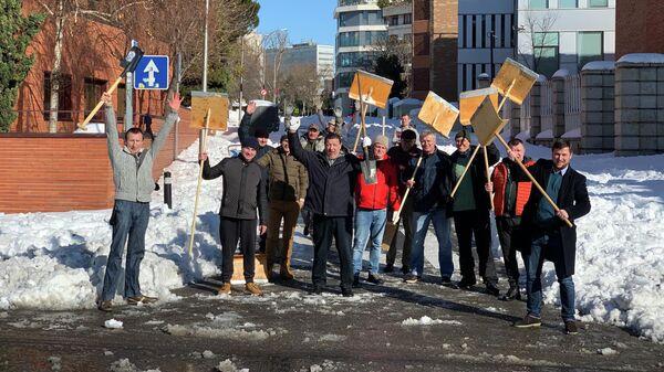 Сотрудники российского посольства в Мадриде после уборки снега