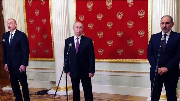 Президент РФ Владимир Путин, премьер-министр Армении Никол Пашинян и президент Азербайджана Ильхам Алиев во время совместного заявления для прессы