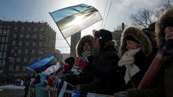 Люди во время парада по случаю Дня независимости Эстонии в Таллине