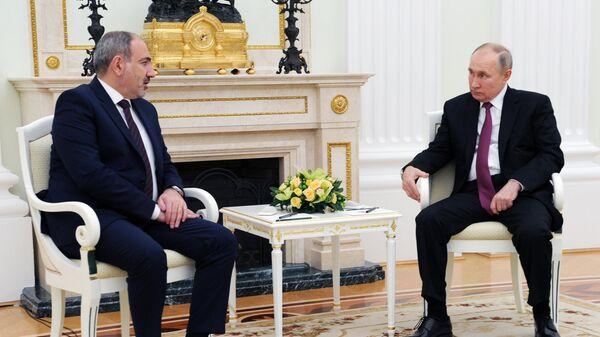 Президент РФ Владимир Путин и премьер-министр Армении Никол Пашинян во время двухсторонней встречи в Кремле