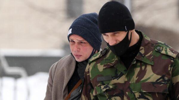 Журналист Иван Голунов у здания Московского городского суда