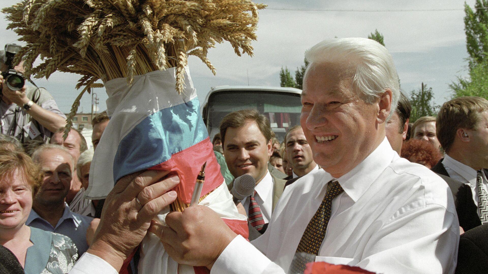 Жители Саратовской области вручают Президенту России Борису Николаевичу Ельцину символический сноп пшеницы, обещая, что в области будет собрано 5 млн тонн зерна - РИА Новости, 1920, 01.02.2021
