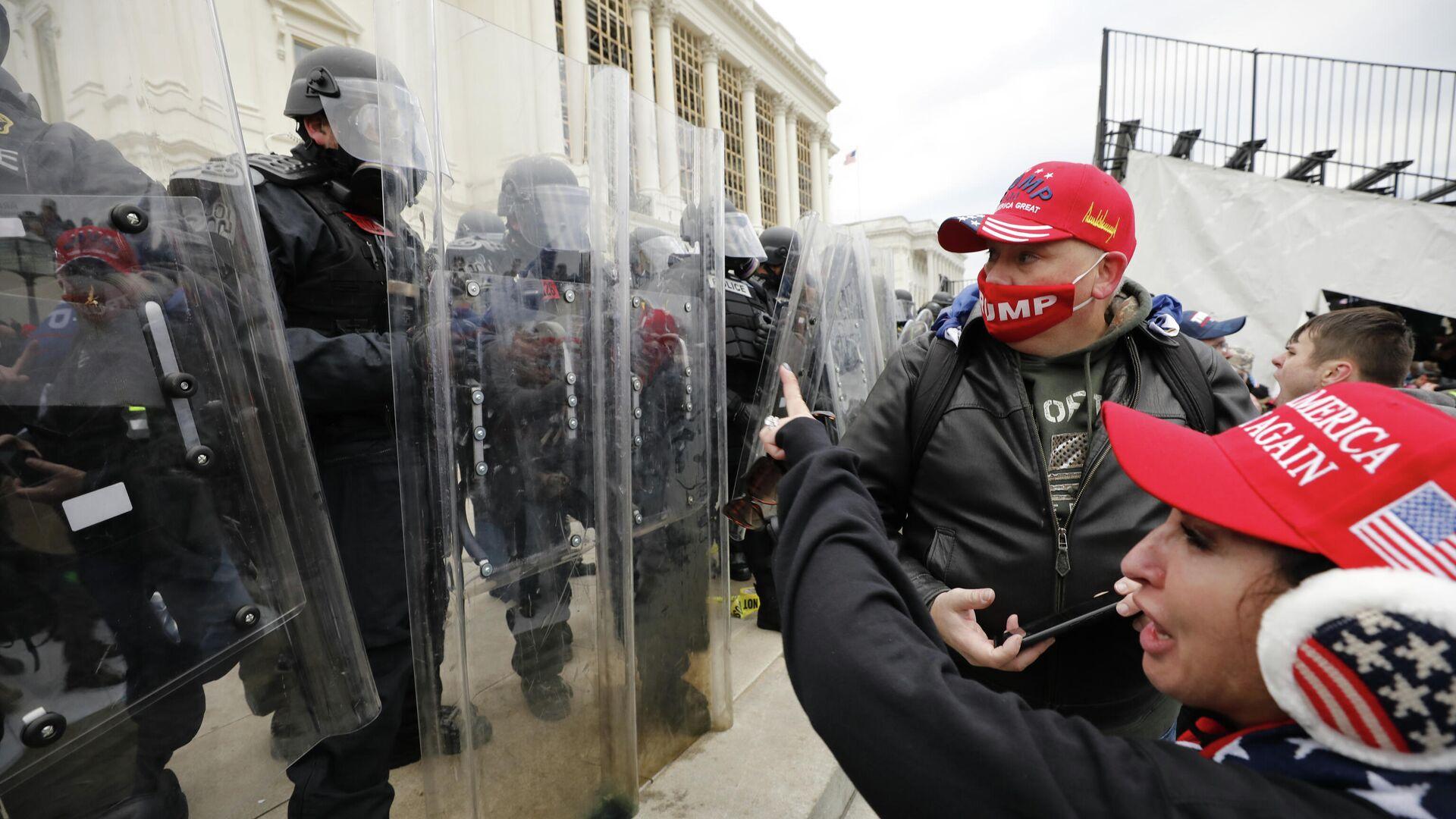 Сотрудники полиции и участники акции протеста сторонников действующего президента США Дональда Трампа у здания конгресса в Вашингтоне - РИА Новости, 1920, 04.02.2021