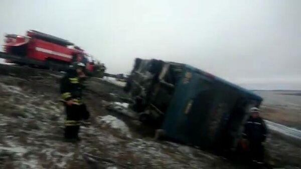 На трассе под Ростовом-на-Дону перевернулся автобус. Кадры с места ЧП
