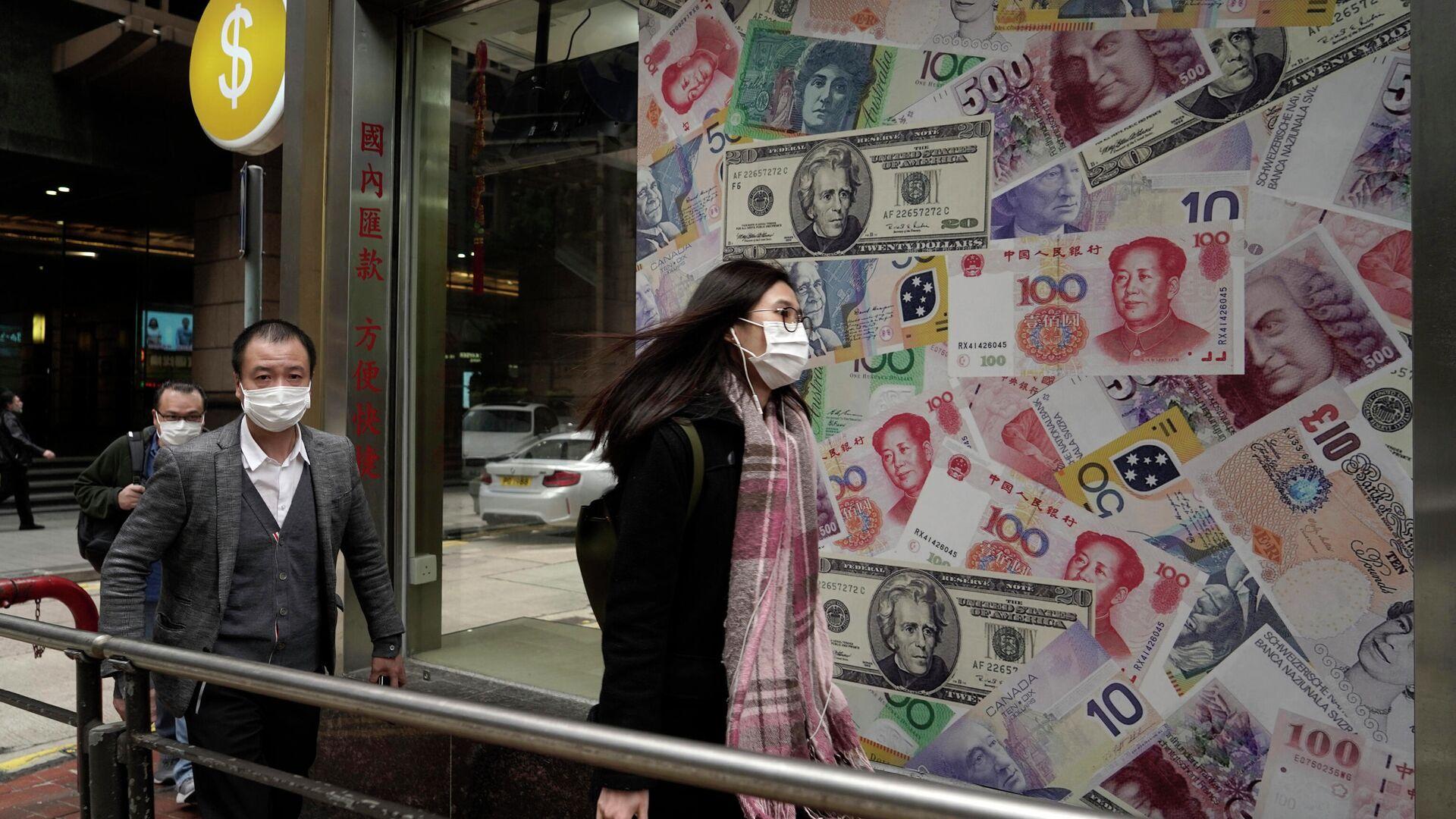 Люди на фоне обменного пункта в одном из районов Гонконга в Китае - РИА Новости, 1920, 14.01.2021