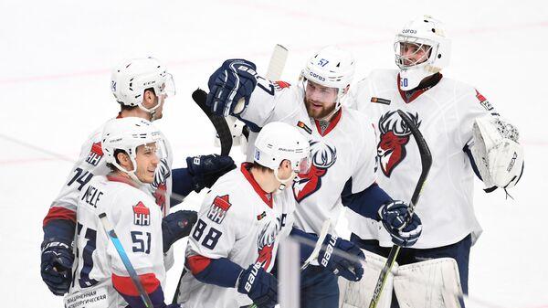 Игроки ХК Торпедо радуются победе в матче регулярного чемпионата Континентальной хоккейной лиги между ХК Авангард (Омская область) и ХК Торпедо (Нижний Новгород).