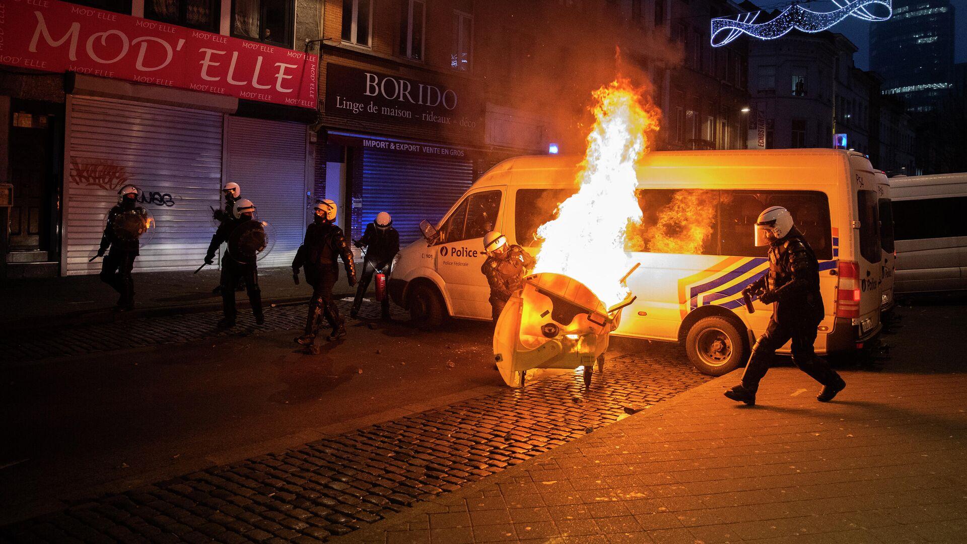 Полицейские во время акции протеста в столице Бельгии Брюсселе - РИА Новости, 1920, 13.01.2021