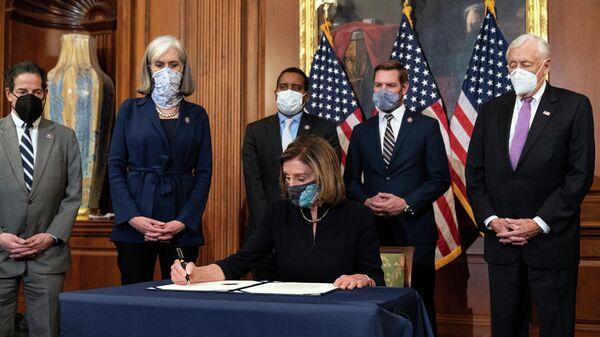 Спикер Палаты представителей конгресса США Нэнси Пелоси подписывает документ об импичменте президенту Дональду Трампу