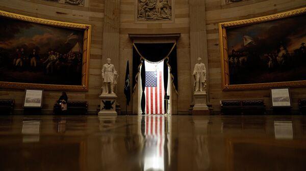 Американский флаг в здании Капитолия в Вашингтоне