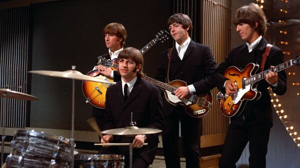 Группа The Beatles перед выступлением на телестудии в Лондоне. 1966