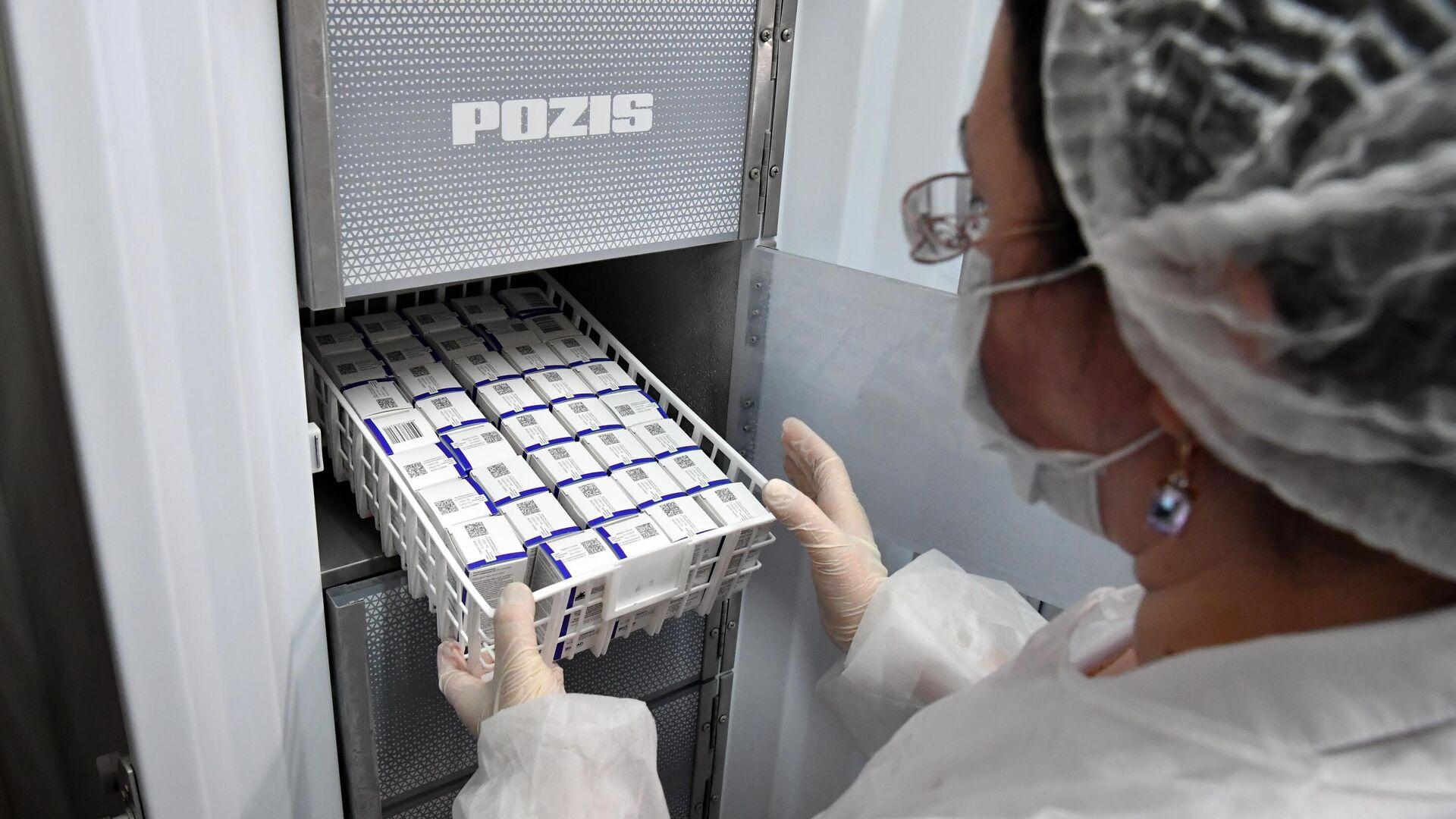 Медработник достает из холодильника вакцину Спутник V от коронавируса COVID-1 - РИА Новости, 1920, 16.01.2021