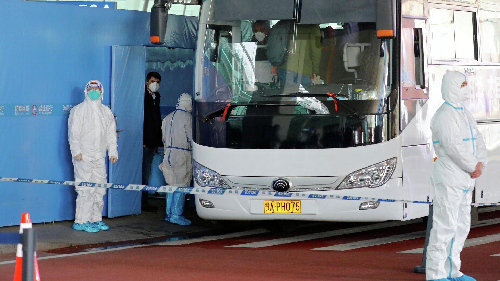 Группа экспертов ВОЗ садятся в автобус перед отъездом из международного аэропорта Ухань - РИА Новости, 1920, 14.01.2021