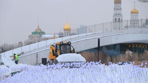 Снегоуборочная техника в природно-ландшафтном парке Зарядье в Москве