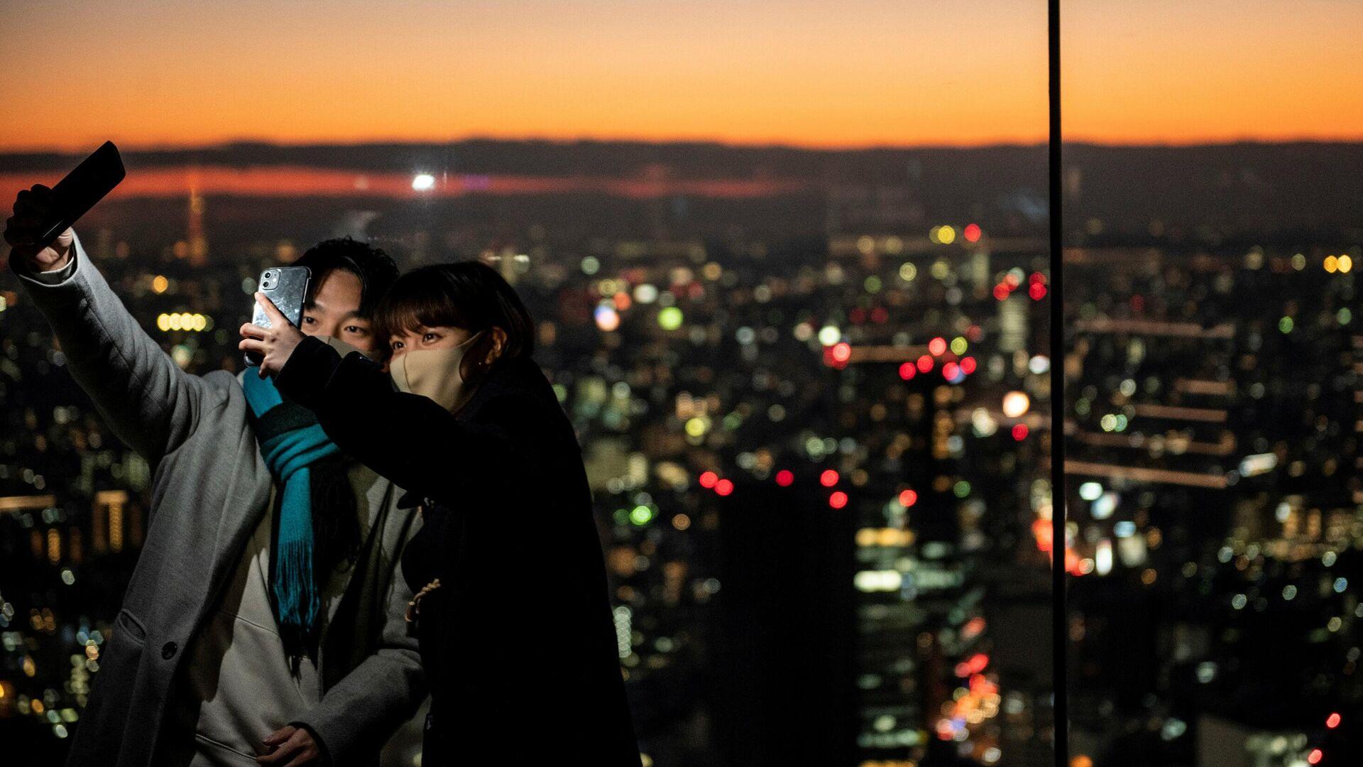 Посетители делают селфи на смотровой площадке Сибуя Скай в Токио - РИА Новости, 1920, 15.01.2021