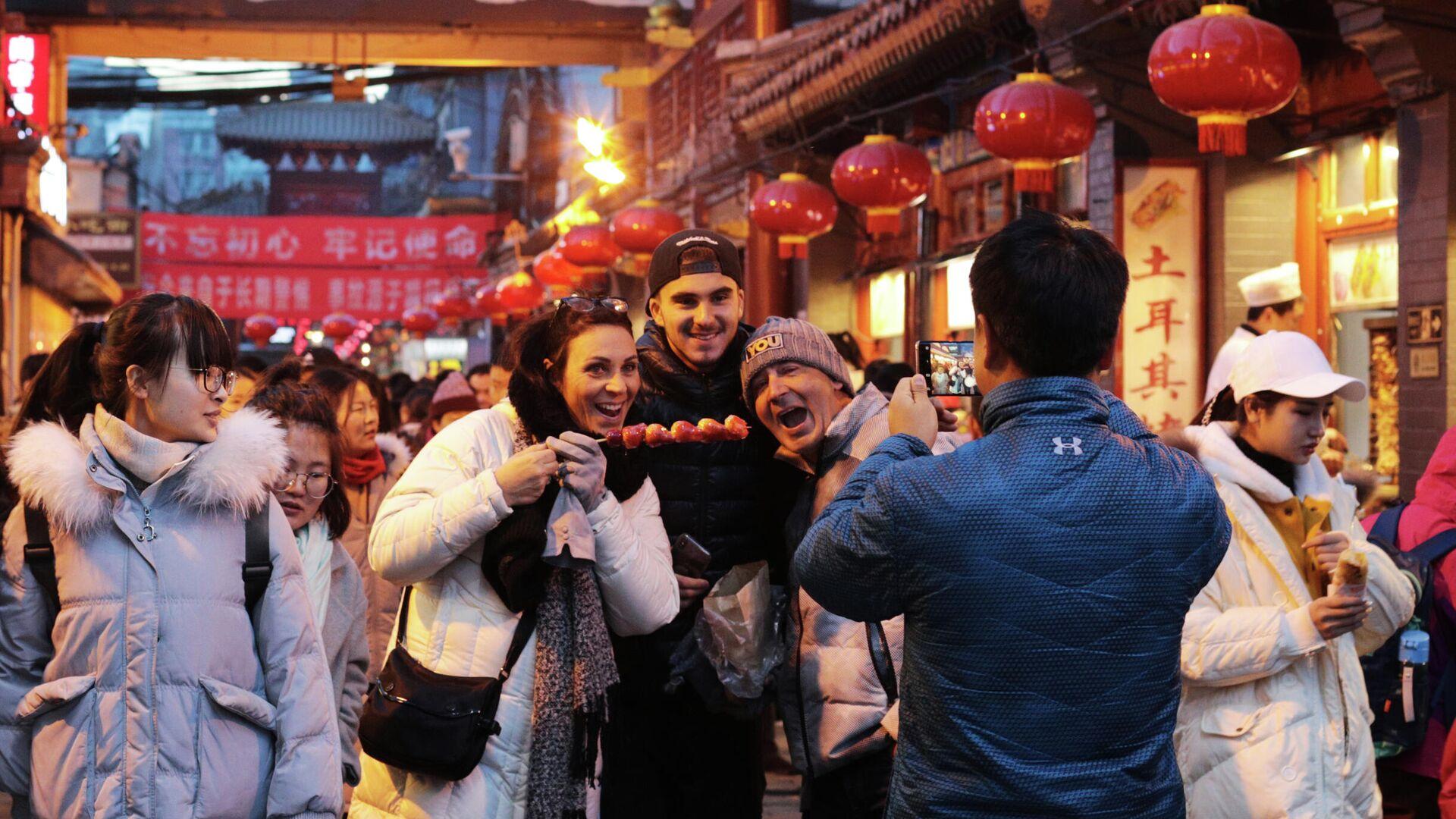 Туристы на рынке уличной еды Ванфуцзин в Пекине - РИА Новости, 1920, 17.01.2021