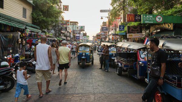 Туристы на Каосан роуд в Бангкоке