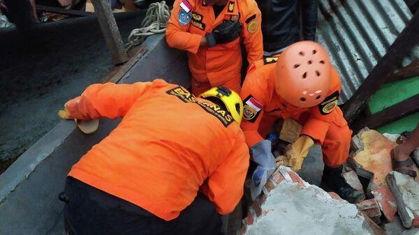 Спасатели на месте землетрясения в индонезийском городе Мамуджу