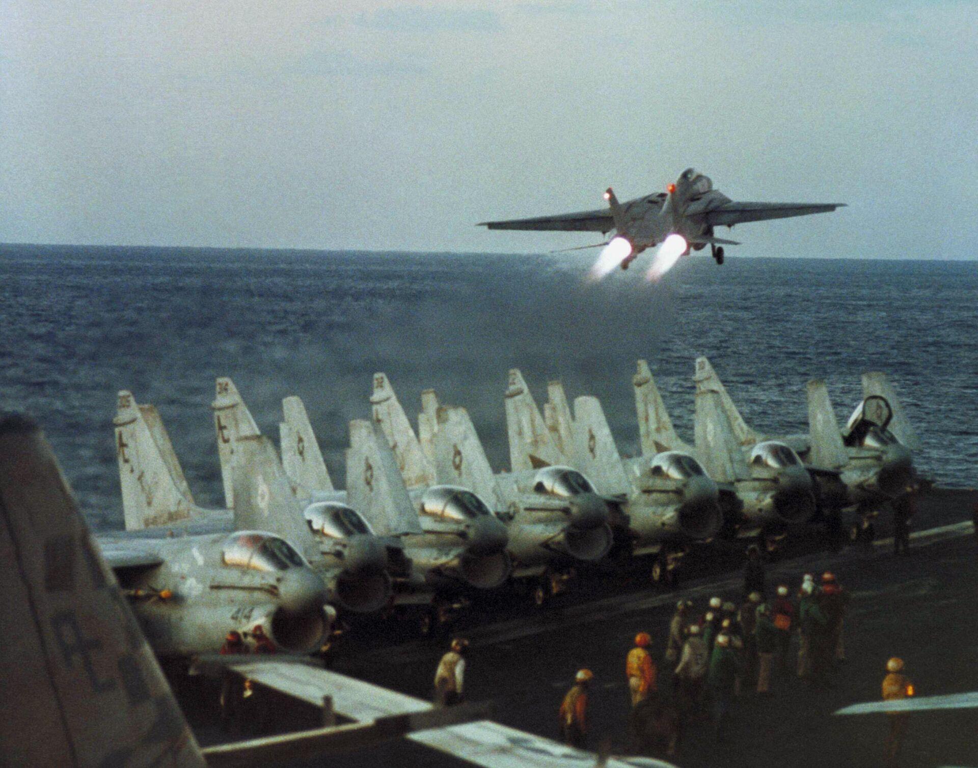 Самолеты F-14 ВМС США на авианосце USS John F. Kennedy в Красном море во время миссии по атаке иракских позиций Буря в пустыне - РИА Новости, 1920, 19.03.2021