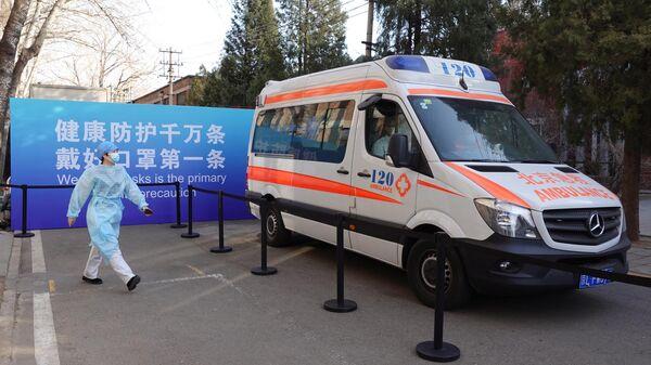 Автомобиль скорой помощи возле центра вакцинации в Пекине
