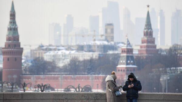 Прохожие на Большом Москворецком мосту в Москве
