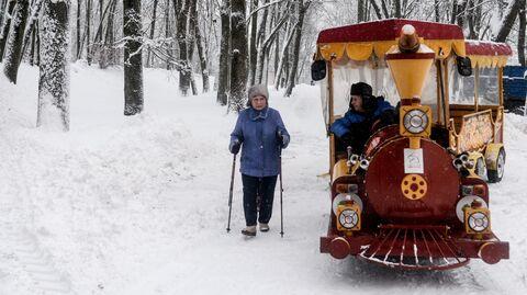 Жители города во время зимней прогулки в парке у Новгородского кремля