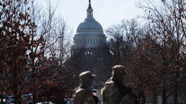 Военнослужащие Национальной гвардии дежурят неподалеку от здания Капитолия в Вашингтоне
