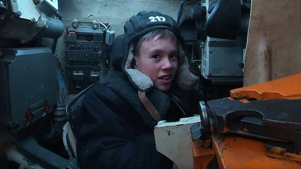 Танкисты армейского корпуса Балтийского флота воплотили в жизнь новогоднее желание мальчика Максима - воспитанника Центра помощи детям, оставшимся без попечения родителей Надежда