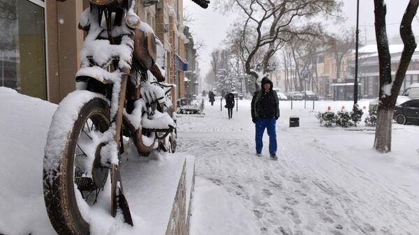 Прохожие на одной из улиц в Симферополе