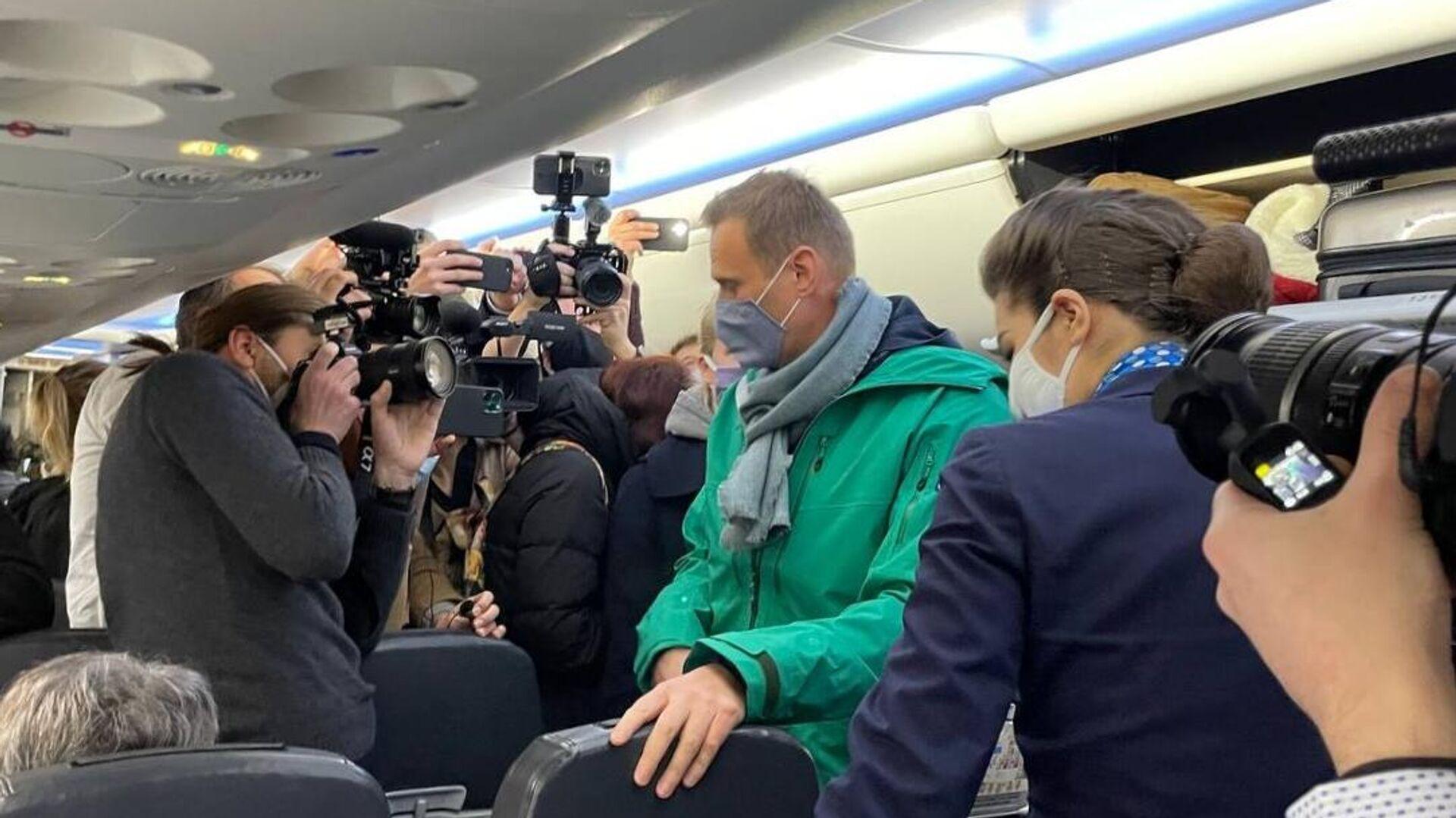 Алексей Навальный в салоне самолета авиакомпании Победа - РИА Новости, 1920, 21.01.2021
