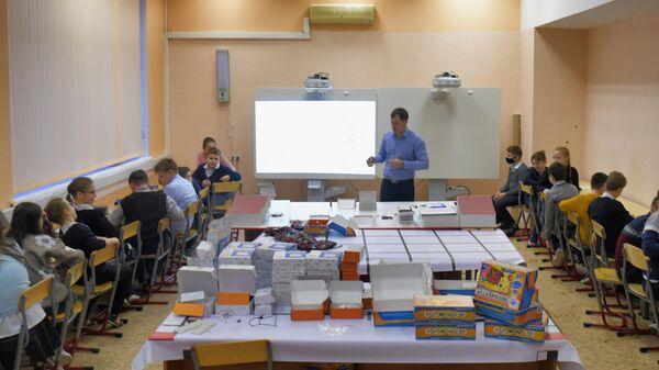 Учащиеся на уроке в школе №429 в Москве